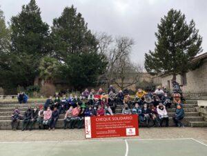 Los alumnos de  Educación Infantil y Primaria entregan su cheque solidario  y una gran cantidad de alimentos a  CÁRITAS de Sigüenza