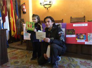 Recogida de premios del concurso de Tarjetas Navideñas.